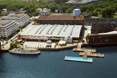 Die Halle der arena berlin mit ihren unterschiedlichen Locations: rechts das Magazin und das Glashaus, vorne das Badeschiff und das Restaurant- und Clubschiff MS Hoppetosse