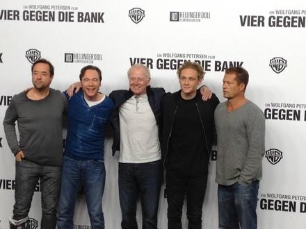 """Wolfgang Petersen (Bildmitte) inszeniert die Komödie """"Vier gegen die Bank"""" mit (v.l.n.r.): Jan Josef Liefers, Michael Bully Herbig, Matthias Schweighöfer und Til Schweiger"""