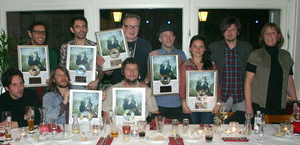 Zur Edelmetallverleihung in einem Hamburger Restaurant trafen sich (v.l.n.r., sitzend): Tom Clues, Simon Byrt und Paul Kennedy (Band) sowie (v.l.n.r., stehend) Andrew Nunn (Band), Tourmanager Jeremy Couldwell, Sigtryggur Baldursson, Petur Hallgrimsson (Band), Emiliana Torrini, Sven Herwig, Head of Promotion Beggars Group, und Birgit Heuzeroth, General Manager Beggars Group