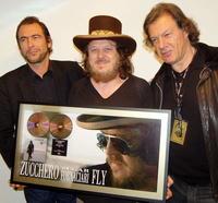 Präsentieren Award (v. l.): Ivo M. Sacchi (Managing Director Universal Music Switzerland), Zucchero und Stuart Young (Manager Zucchero)
