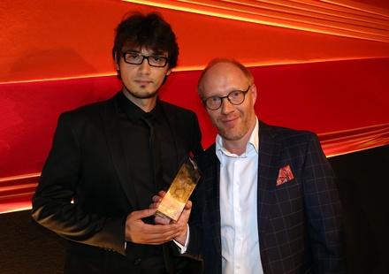 """Sebastian Thaler und Simon Schwarz nahmen stellvertretend für Studentenoscargewinner Patrick Vollrath den First Steps Award in der Kategorie """"Mittellanger Spielfilm"""" entgegen"""