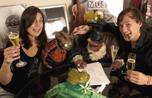 Ein Bild aus besseren Tagen: Yvonne (l.) und Patrick Wagner (r.) nehmen im Jahr 2005 die Puppetmastaz für Louisville Records unter Vertrag