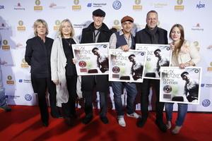 Feierten auf dem Roten Teppich des Echo Jazz den Platin Award (von links): Merret Levermann (levermann pr), Sabine Beyer (medienAgentur), Alexander Maurus (Wanderlust-Entertainment), Max Mutzke, der Musiker Wolfgang Haffner und Wilma Rehberg (Product Manager Classical & Jazz Sony Music)^^BVMI/Markus Nass^^