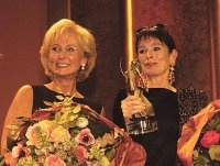 """Geraldine Chaplin mit dem """"Millennium Award"""" für ihren Vater, überreicht von Karin Stoiber"""