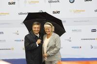 Gut beschirmt: Alexander Thies, Vorstand Produzentenallianz, mit Kulturstaatsministerin Monika Grütters beim Produzentenfest