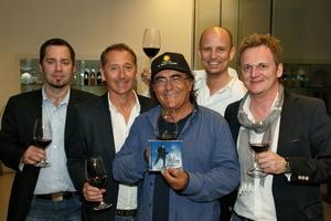 Mit einem Gläschen Rotwein feierten (v.l.n.r.): Thomas Thron (MFG Media), Günter Unger (EQ), Al Bano Carrisi, Philipp Urban und Peter Pansky (beide EQ)