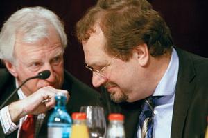 """Freuen sich, dass ein """"langwieriges Gerichtsverfahren vermieden werden konnte"""": Michael Russ (l.) und Jens Michow"""