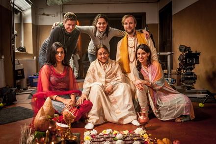 "Am Set von ""Marry Me & Family"": Florian Foest (Kamera), Neelesha Barthel (Regie) und Stephan Grossmann (Joshi Kumar, hinten v.l.n.r.) sowie Mira Kandathil (Sonal), Bharti Jaffrey (Großmutter Sujata), Maryam Zaree (Kissy, vorne v.l.n.r.) (Bild: Gordon Timpen/Wüste Film Ost)"