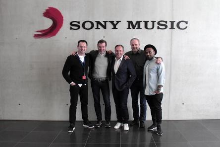 """Arbeiten nun miteinander (von links): Christian Stronczek (Sony Music Commercial), John Munich, Florian Boitlin (""""Playboy""""), Clemens Fiedler und Brook Demissie (beide Sony Music Commercial) (Bild: Sony Music)"""