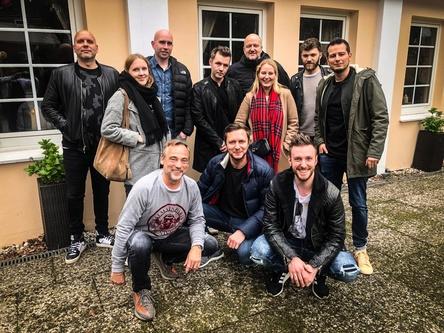 Arbeiten nun zusammen: Vitali Zestovskih (vorn, Mitte) und die Teams von Kontor Records und Das Maschine (Bild: Kontor Records)