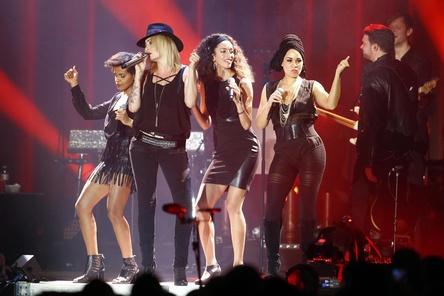 Auf der Bühne der ausverkauften Mercedes-Benz Arena: Sarah Connor (2. von links) und ihre Bühnenbegleiter (Bild: Sven Darmer)