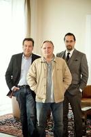 Axel Prahl und Jan Josef Liefers (hier mit Roland Kaiser) jagen fortan Karl-Heinz Hassel (Bild: WDR)