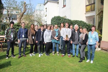 Begrüßte die Gäste: das Wizard-Team um Oliver Hoppe (6. von rechts) und Ossy Hoppe (4. von rechts) (Bild: MusikWoche)