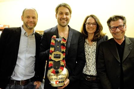 Bei der Awardübergabe (von links): Florian Fülle (Veranstaltungsleitung bigBox Allgäu), David Garrett, Ramona Madlener (Marketingleitung bigBox Allgäu) sowie Jan Schöttke von Tourveranstalter DEAG Classics (Bild: Julian Schmeisser)