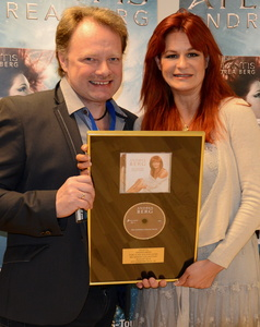 Bei der Gold-Verleihung in Aalborg: Henrik Sørensen (Label Manager Sony Music Denmark) und Andrea Berg (Bild: Sony Music Dänemark)