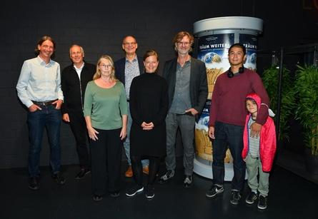 """Bei der NRW-Premiere von """"Träum weiter! Sehnsucht nach Veränderung"""" (v.l.n.r.) Tobias Lehmann (Alamode Filmverleih), Carl-Heinrich von Gablenz (Protagonist), Astrid Vandekerkhove (Ausführende Produzentin Schnittstelle), Valentin Thurn (Regisseur), Sabrina Schneider (Film- und Medienstiftung NRW), Joy Lohmann (Protagonist), Van Bo Le Mentzel (Protagonist) und Sohn. (Bild: Alamode/ Raphael Stötzel)"""
