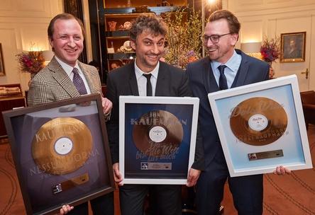 Bei der Preisübergabe in Wien (von links): Oliver Wazola (Head of Classics & Jazz Sony Music Austria), Jonas Kaufmann und Dietmar Lienbacher (Division Head Sony Music Austria) (Bild: Sony Music Austria)