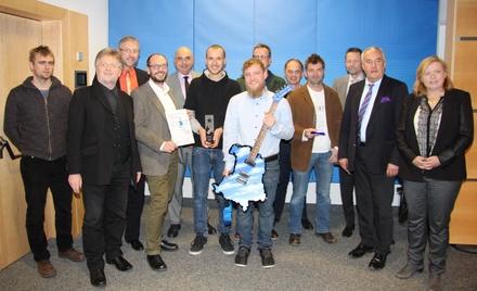 Bei der Preisverleihung: die Preisträger mit Bernd Schweinar (2.von links), MdL Markus Ganserer (4.von links); MdL Jürgen Mistol (5. von lniks); Walter Schmich (5. von rechts, stellvertretender. Hörfunkdirektor BR); Hörfunkdirektor Martin Wagner (4. von rechts), Staatsminister Ludwig Spaenle (2. von rechts) und MdL Gabi Schmidt (rechts) (Bild: MusikWoche)