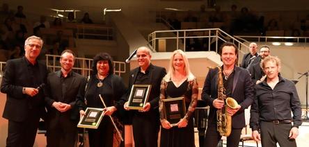 Bei der Preisverleihung in Berlin: Georg Löffler (links) mit Musikern von Quadro Nuevo und Cairo Steps (Bild: GLM Music)