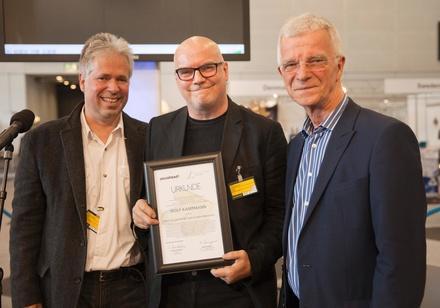 Bei der Preisverleihung (von links): Jurymitglied Ralf Dombrowski, Preisträger Wolf Kampmann und Peter Schulze (Künstlerischer Leiter der jazzahead!) (Bild: Kay Michalak)