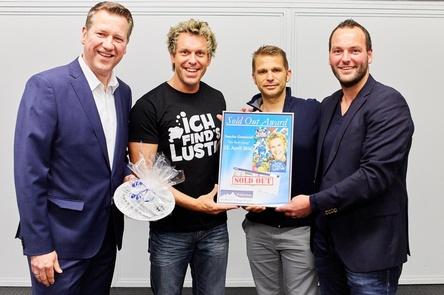 Bei der Verleihung (von links): Bernd Schoenmackers (Geschäftsführer Grefrather EisSport & EventPark), Sascha Grammel, Steffen Kirsamer (Geschäftsführer Künstlermedia Entertainment) und Jan Lankes (Produktionsleiter Grefrather EisSport & EventPark) (Bild: Makis Foteinopoulos)