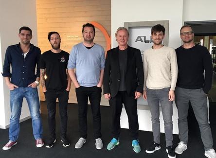 Bei der Vertragsunterzeichnung (von links): Jakob Helminger (Label Management & Vertrieb Feiyr), Philipp Mühlbacher (Label Management & Vertrieb Feiyr), Armin Wirth (CEO Feiyr), DJ Hell, Jürgen Vonbank (Label Management & Vertrieb Feiyr) und Bernd Rösler (Label Management, Licensing & 3rd Party Feiyr) (Bild: Feiyr/Dance All Day)