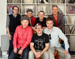Bei der Vertragsunterzeichnung (vorn, von links): Die Bandmitglieder König Boris, Björn Beton und Doc Renz sowie (hinten, von links) Rafael Mans, Jens Herrndorff, Frank Stratmann und André Luth (Bild: Ute Mans)