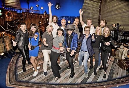 "Bildeten die Crew (vorn, von links): Arno Köster (East Tools Media), Jennifer Belger (Creative Manager DolceRita Recordings), Hans-Otto Villwock (Head Of Catalogue Marketing Warner Music), Rita Flügge-Timm (Director DolceRita Recordings), Udo Lindenberg, Bernd Dopp (Chairman & CEO Warner Music Central Europe), Mara Ridder-Reichert (Director Talent & Music MTV) und Katrin Liebold (Talent & Music Manager MTV ) sowie (hinten, von links) Peter ""Jem"" Seifert (Producer), Roland ""Balou"" Temme (Think Big), Hendrik Menzel (Producer), Torsten Siefert (Kanzlei Kiso Siefert Dropmann) und Andreas Weitkämper (Managing Director Domestic Warner Music Central Europe) (Bild: Tine Acke)"