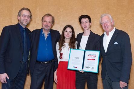 Die BDKV-Verbandsgrößen mit dem Musikpreisträger-Duo (von links): Pascal Funke, Jens Michow, Hannah, Falco und Ehrenpräsident Michael Russ (Bild: Daniel Braun)