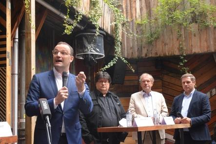 Diskutierten (von links): Minister Jens Spahn, Marcus Pohl (ISDV), Jens Michow (BDKV) und der Bundestagsabgeordneter Kevin Kratzsch (Deutscher Schaustellerbund) (Bild: Stefan Bartylla)