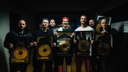 Erfolge am laufenden Band: die Goldverleihung an RIN (Mitte) und sein Team, darunter Elvir Omerbegovic (3. von rechts) im Dezember 2018 nach einem ausverkauften Konzert in der Stuttgarter Porsche Arena. (Bild: Selfmade Records)