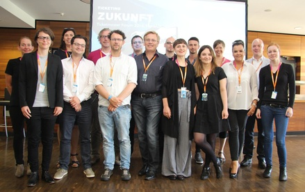 Ermunterte die Fachbesucher zum Netzwerken: das Ticketmaster-Team mit (von links) Regina Jodat (Account Manager), Miriam Schlüter (Head of Marketing), Sophie Crosby (Senior Vice President Insight & Marketing Ticketmaster International), Philipp Albers (Sales Manager), Peter Schönau (Senior Account Manager Promoter Services), Bernard Laufer (Business Development & Sales), Dirk Bernhardt (Senior Product Consultant), Klaus Zemke (Managing Director), Martin Schindler (Sales Manager), Bea Müller (Key Account Manager, Seatwave), David Normann (Manager Promoter Services), Christina Brunn (Country Marketing Manager DACH/IT Seatwave), Elisabeth Volkers (Project Manager), Dunja Schlattner (Sales Manager), Carsten Kerner (COO) und Kim Jedrisko (Webshop Manager) (Bild: MusikWoche)