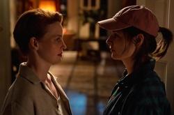 """Eva Maria Jost (l.) und Katharina Nesytowa in der Serie """"WIR"""" (Bild: ZDF/Oliver Feist)"""