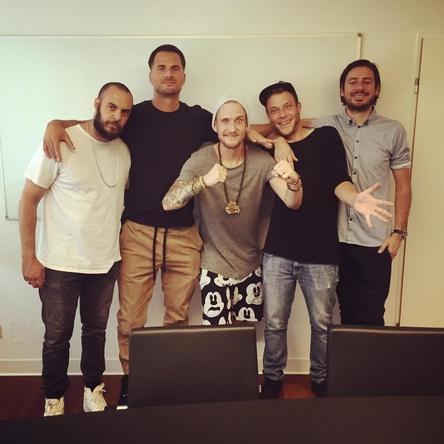 Feiern den Charts-Sieg (von links): Alexis Troy (Produzent), Elvir Omerbegovic (President of Rap Selfmade Records und Universal Music Deutschland), die beiden 257ers Shneezin und Mike sowie Markus Huber (Produktmanager Selfmade Records) (Bild: Selfmade Records)
