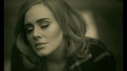 """Feierte Digitalpremiere bei Vevo: Das Musikvideo zu """"Hello"""" von Adele (Bild: vevo.com, Screenshot)"""