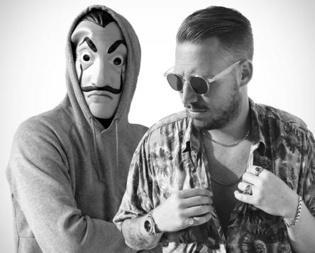 """Französische Kollaboration: El Profesor (mit Maske) und Florent Hugel stellen mit """"Bella Ciao"""" den von Gfk Entertainment gekürten deutschen Sommerhit 2018, haben in den Singlescharts aber noch ein bisschen Luft bis ganz nach oben (Bild: Kontor Records)"""