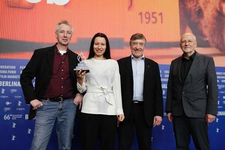 Gilde-Filmpreisträgerin Anne Zohra Berrached (2.v.l.) mit den Jurymitgliedern Hans Jörg Blondiau, Adrian Kutter und Louis Anschütz (v.l.) (Bild: AG Kino-Gilde e.V.)