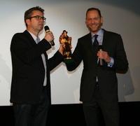 Go for Gold: Markus Zimmer (r.) freut sich über den Bogey aus den Händen von Blickpunkt:Film-Chefredakteur Ulrich Höcherl (Bild: Marc Baumann)