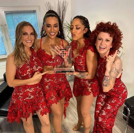 """Happy: die No Angels mit ihrem Nummer 1 Award für """"20"""" (Bild: No Angels)"""