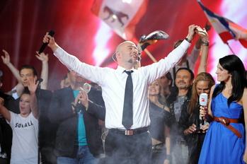 Hat schon wieder Grund zum Jubeln: Der Graf, hier mit Moderatorin Johanna Klum nach seinem Triumph beim Bundesvision Song Contest (Bild: ProSieben)