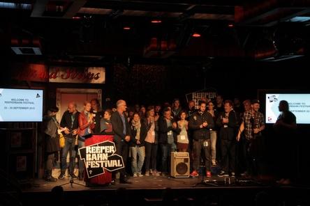 Holte sich im Schmidtchen ein Dankeschön für zehn Jahre ab: das Team des Reeperbahn Festivals (Bild: MusikWoche)