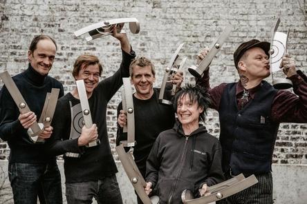 Holten ihre Echos aus der Vitrine: Die Toten Hosen um (von links) Breiti, Campino, Andi, Vom und Kuddel (Bild: Tobias Witte )