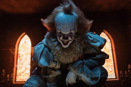 Horrorclown freut sich über Bogey (Bild: Warner Bros.)