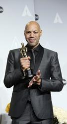 """John Ridley mit seinem Oscar für """"12 Years a Slave"""" (Bild: Kurt Krieger)"""