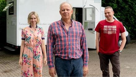 "Kim Riedle, Axel Milberg und Piotr J Lewandowski am ""Volker""-Set (Bild: NDR/Georges Pauly )"