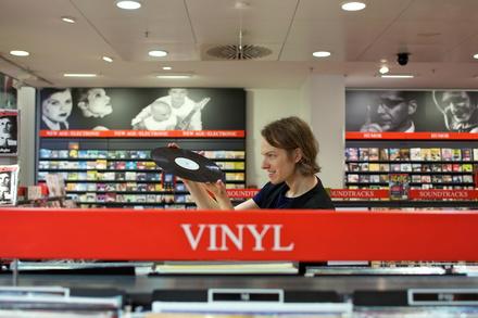Liegt gut in der Hand: ein Mitarbeiter von Dussmann - Das KulturKaufhaus mit einer Vinylplatte (Bild: Dussmann/Kay Herschelmann)