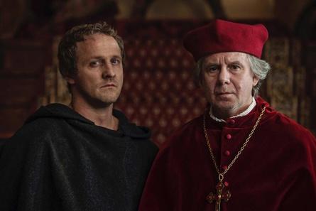 """Maximilian Brückner (l.) als Martin Luther und Joachim Król als Albrecht von Brandenburg in """"Zwischen Himmel und Hölle"""" (Bild: UFA Fiction)"""