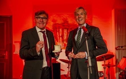 Mit der GEMA-Ehrennadel beim Wohnzimmerkonzert in den Berliner Büros der Verwertungsgesellschaft: der SPD-Politiker Siegmund Ehrmann (links) und der GEMA-Vorstandsvorsitzende Harald Heker (Bild: Darek Gontarski)