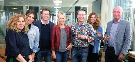 Neues Gespann (von links): Louise Hart (BMG), Vikki Josephs und Craig Logan (beide Management), Dido sowie Alistair Norbury, Mandy Plumb und Paul Curran (alle BMG) (Bild: BMG)