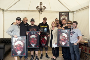 Platin feierten in Wacken (von links): Anders Kjølholm (Volbeat), Daniel Lieberberg (Managing Director Universal Music Domestic Rock/Urban (UDR)), Michael Poulsen (Volbeat), Jon Larsen (Volbeat), Simone Behrens (Senior Product Manager UDR), Toke Holt (Management Volbeat), Ulrich Genschel (Vice President Business & Legal Affairs Universal Music), Jonas Fjelding (Management Volbeat) und Sigi Schuller (Head of A&R Universal Music Domestic Vertigo) (Bild: Universal Music) (Bild: Universal Music)